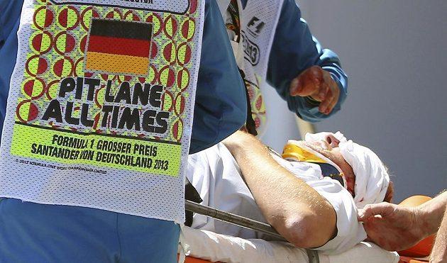Zraněný kameraman Paul Allen v péči lékařů po zásahu pneumatikou z vozu Marka Webbera.