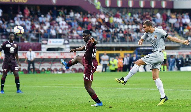 Útočník AS Řím střílí gól do sítě Turína v úvodním kole italské ligy.