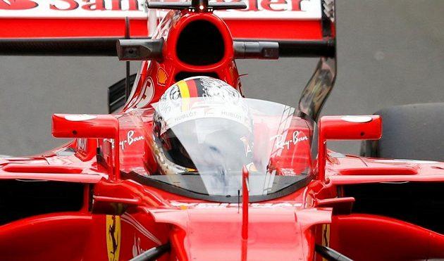 Sebastian Vettel v Silverstonu jako první otestoval průhledný plastový štít kolem kokpitu, kterým chce FIA od příští sezóny chránit hlavy pilotů.