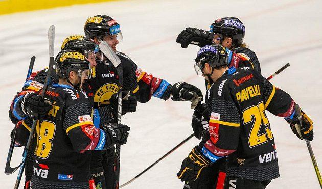 Z gólu se radují litvínovští hokejisté (zleva) František Gerhát, autor branky Juraj Mikúš, Ondřej Jurčík, Lukáš Kašpar a Tomáš Pavelka.