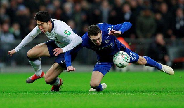 V akci Son Heung-min (vlevo) z Tottenhamu a Andreas Christensen z Chelsea.