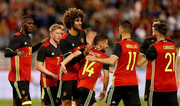 Belgičan Marouane Fellaini (třetí zleva) oslavuje se spoluhráči gól proti České republice.