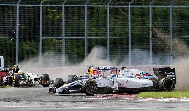 Felipe Massa (vpravo) svým neovladatelným vozem máloem sestřelil i Sebastiana Vettela. Vlevo se řítí do bariéry Sergio Pérez.