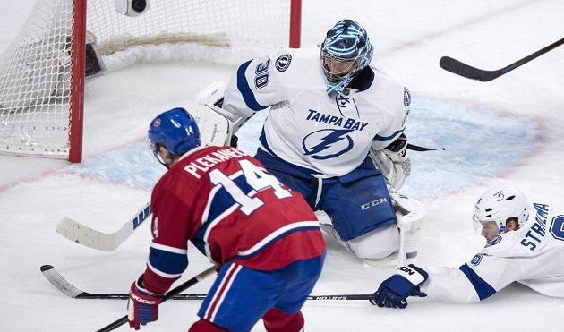 Tomáš Plekanec překonává ve třetí třetině utkání NHL Bena Bishopa v brance Tampy Bay.