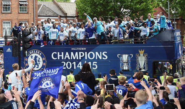 Fotbalisté Chelsea při triumfální jízdě Londýnem.