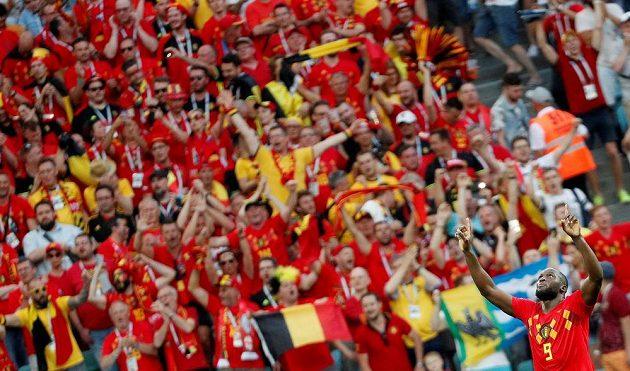 Romelu Lukaku se raduje před belgickými fanoušky z gólu proti Panamě.