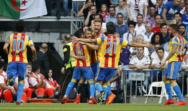 Fotbalisté Valencie se radují ze vstřeleného gólu na hřišti Realu Madrid.