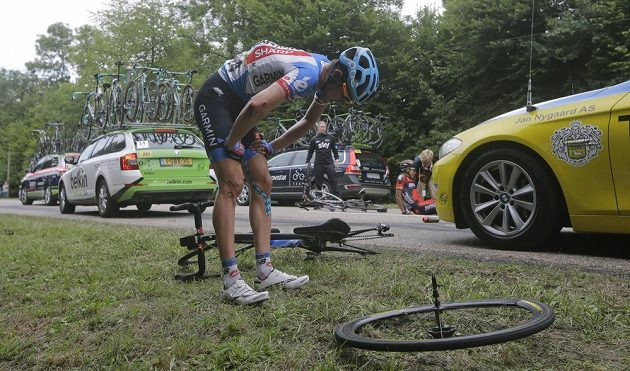 Tvrdost sedmé etapy okusil také Američan Alex Howes i jeho kolo.