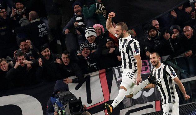 Gonzalo Higuaín z Juventusu se raduje z druhého gólu proti Tottenhamu.