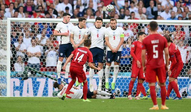 Dán Mikkel Damsgaard (č. 14) parádně zatočil střelu z trestného kopu před zeď domácích hráčů a Anglie dostala na ME první gól.