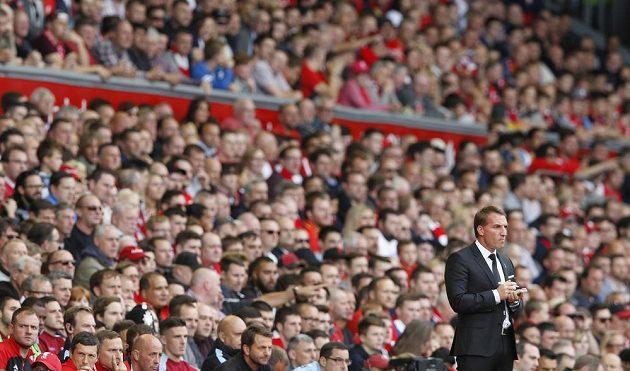Trenér Liverpoolu Brendan Rodgers si dělá poznámky během střetnutí s Aston Villou.