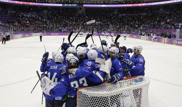 Slovinští hokejisté slaví vítězství nad Slovenskem.