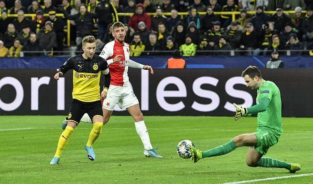Slávistický brankář Ondřej Kolář likviduje šanci Marca Reuse z Dortmundu.