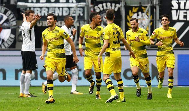 Fotbalisté Dortmundu vedli na hřišti Frankfurtu 2:0, nakonec ale o náskok přišli a brali jen bod za remízu 2:2.