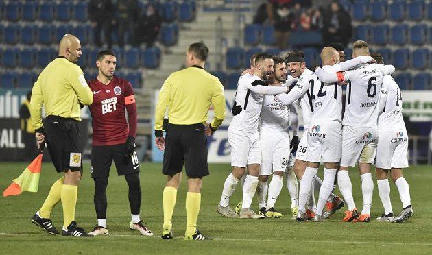 Hráči Slovácka se radují z vítězství nad Spartou.