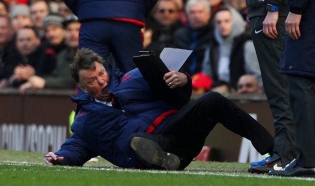 Louis van Gaal, trenér Manchesteru United, předvádí nahraný pád Alexise Sáncheze z Arsenalu.