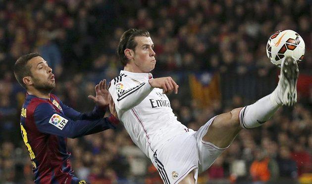 Barcelonský Jordi Alba (vlevo) a Gareth Bale z Realu Madrid.