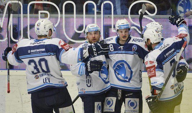 Hráči Plzně se radují z gólu ve vítkovické síti během utkání předkolo play off hokejové extraligy.