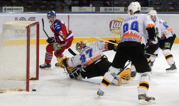 Zleva Calle Ridderwall z HC Lev Praha střílí gól Ivanu Kasutinovi z Čerepovce.