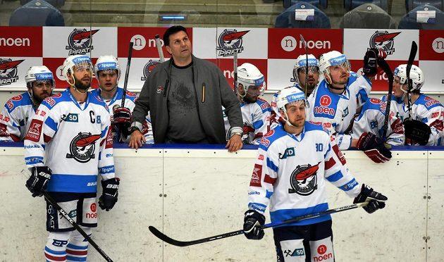 Chomutovská střídačka při utkání s Mladou Boleslaví, uprostřed trenér Vladimír Růžička, vlevo v popředí kapitán Michal Vondrka, vpravo Jan Rutta.