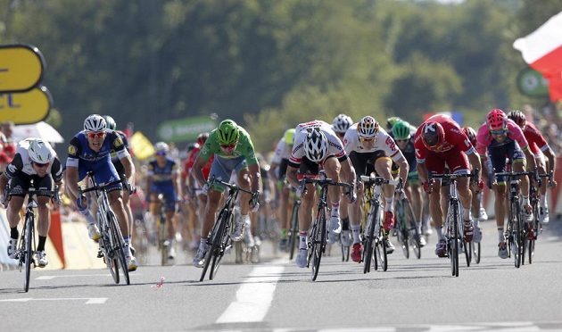 Boj o triumf ve 14. etapě Tour de France nakonec vyhrál Mark Cavendish (vlevo).