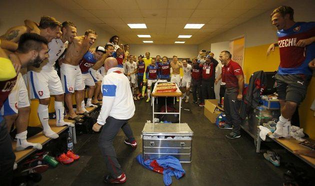 Masér Eduard Poustka pokřikem oslavuje postup na mistrovství Evropy ve Francii.