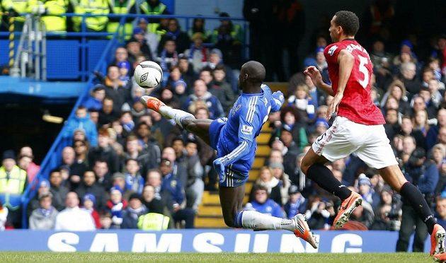 Demba Ba z Chelsea střílí gól Manchesteru United. Vpravo přihlíží obránce Rudých ďáblů Rio Ferdinand.