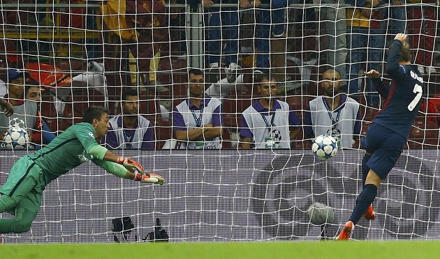 Antoine Griezmann z Atlétika Madrid (vpravo) střílí gól brankáři Galatasaraye Fernandovi Muslerovi.