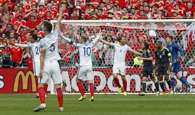 Fotbalisté Anglie se dožadují penalty v utkání s Walesem.