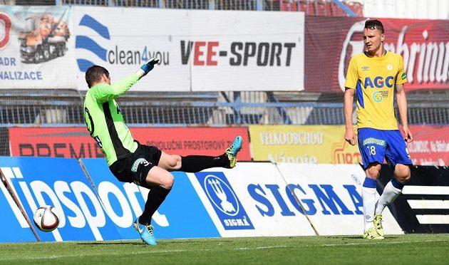 Brankář Teplic Tomáš Grigar inkasuje čtvrtý gól od olomouckého Jana Navrátila (není na snímku).