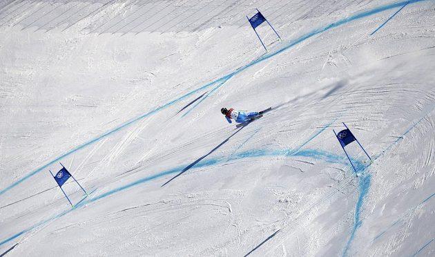 Slovinka Tina Mazeová na trati olympijského sjezdu, v němž se podělila o zlato se Švýcarkou Gisinovou.