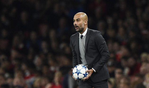 Trenér Bayernu Mnichov Josep Guardiola během utkání Champions League na hřišti Arsenalu.