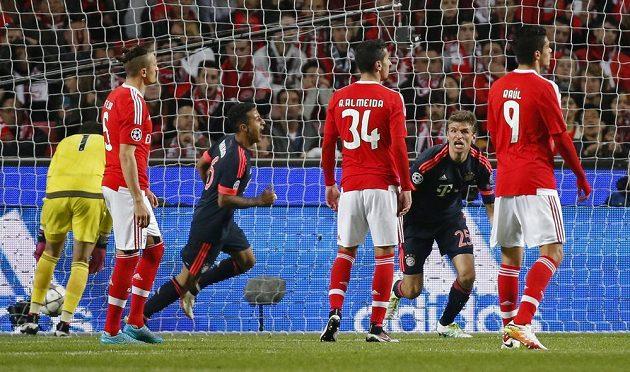 Thomas Müller (druhý zprava) z Bayernu se raduje po gólu proti Benfice.