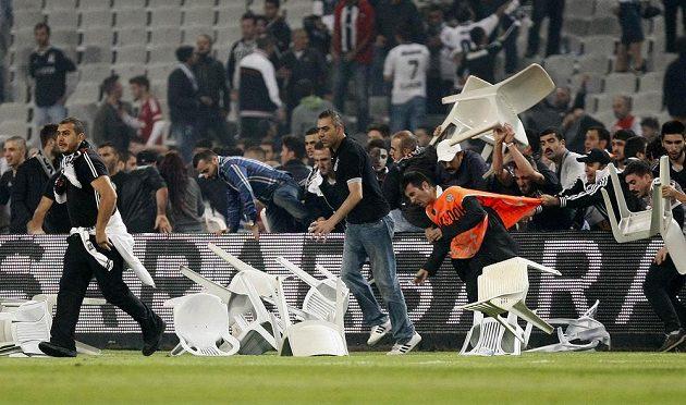 Rozvášnění fanoušci vtrhli na hřiště a předčasně ukončili derby mezi Besiktasem a Galatasarayem.