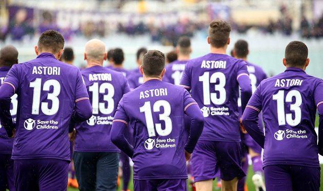 Fotbalisté Fiorentiny absolvoval rozcvičení před zápasem v dresu s číslem 13, které Astori nosil na svých zádech.