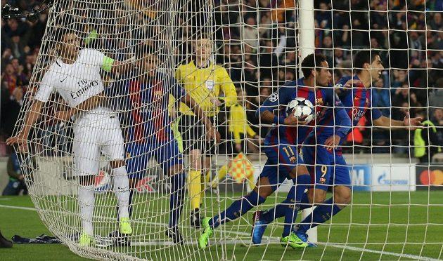 Barcelonští fotbalisté oslavují gól proti PSG.