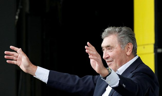 Eddy Merckx, jenž před 50 lety vybojoval na Tour de France první z rekordních pěti celkových výher, zdravil fanoušky v Bruselu a v cíli dekoroval vítěze první etapy Mika Teunissena.
