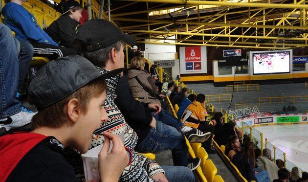 Litvínovští fanoušci na zimním stadiónu Ivana Hlinky sledují na velkoplošné obrazovce první finálový duel extraligy v Třinci.