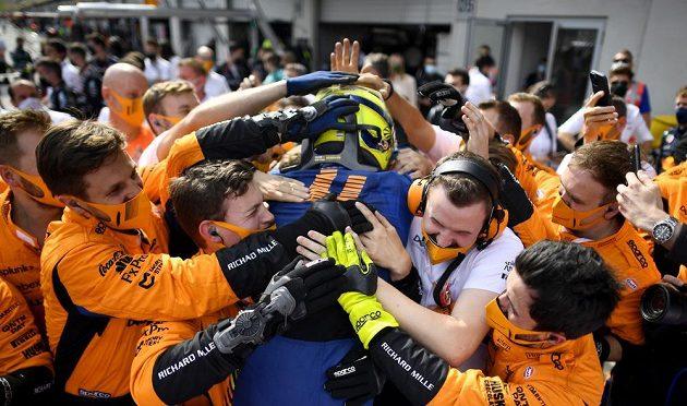 Tým Mclaren vítá po závodě Velké ceny Rakouska Landa Norrise, který dokázal předjet Lewisem Hamiltona a dojel na třetím místě.