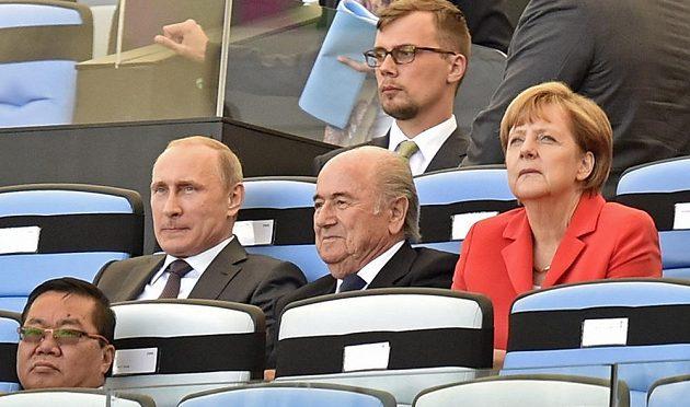 Zleva ruský prezident Vladimir Putin, šéf FIFA Sepp Blatter a německé premiérka Angela Merkelová při závěru MS, které Brazilci zvládli zorganizovat nakonec překvapivě bez větších problémů.