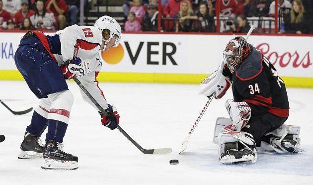 Brankář Caroliny Hurricanes Petr Mrázek (34) likviduje šanci Washingtonu v utkání 1. kola play off NHL.