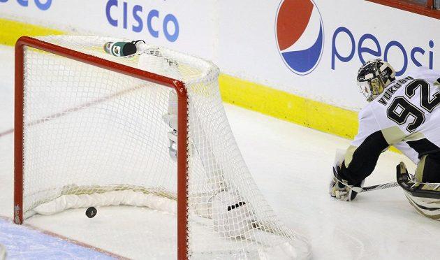 Český brankář Tomáš Vokoun ve službách Pittsburghu Penguins inkasoval v duelu proti Washingtonu nešťastný gól z hole Johna Carlsona.