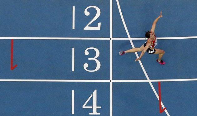 Zuzana Hejnová probíhá cílem finálového závodu na 400 m překážek na MS v Moskvě.