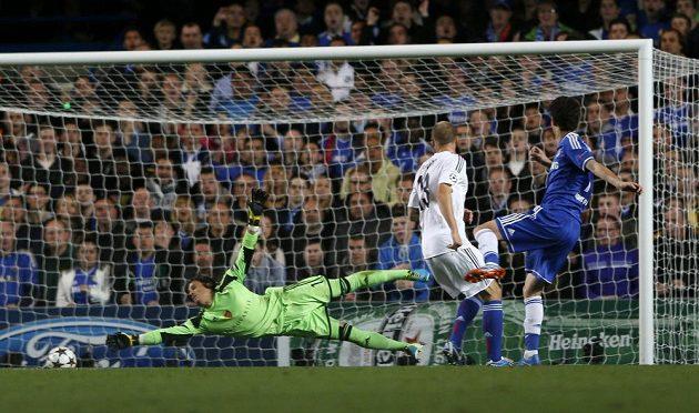 Záložník Chelsea Oscar (vpravo) střílí gól do sítě Basileje.