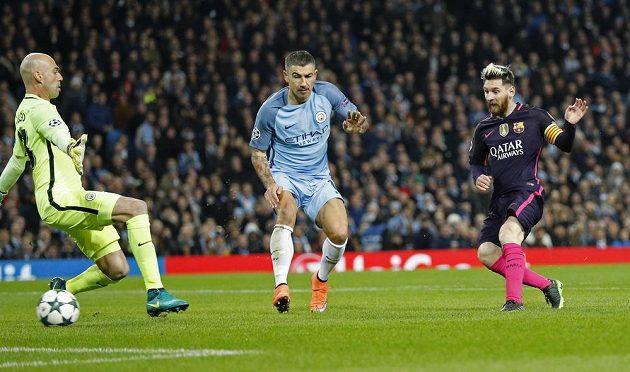 Lionel Messi (vpravo) překonává Willyho Caballera a posílá Barcelonu do vedení v utkání proti Manchesteru City. Uprostřed Aleksandar Kolarov.