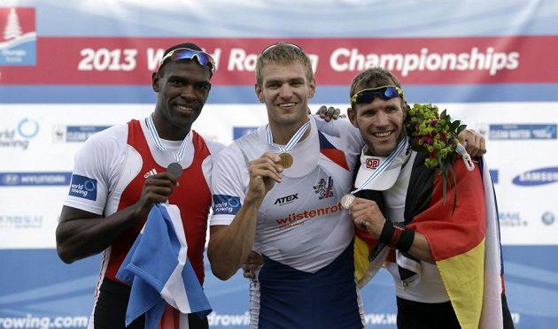 Ondřej Synek (uprostřed) si zlato užíval.