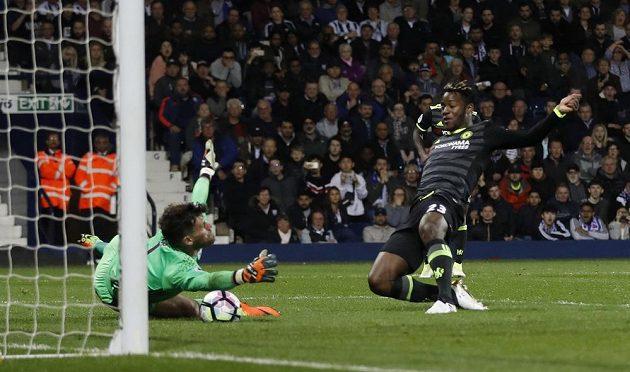 Michy Batshuayi z Chelsea střílí jediný gól v utkání proti West Bromwichi.
