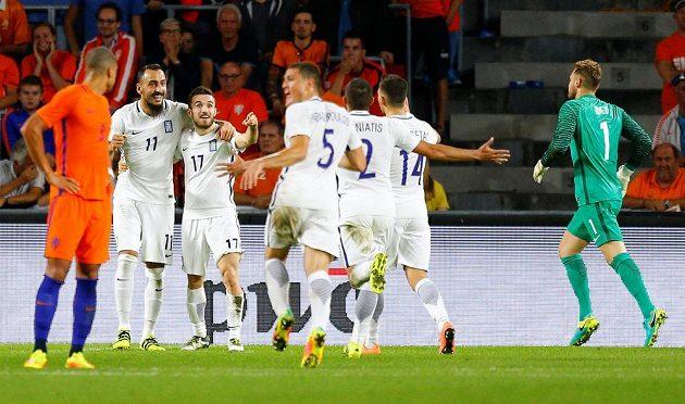 Fotbalisté Řecka se radují z branky, kterou vstřelili domácímu výběru Nizozemska.