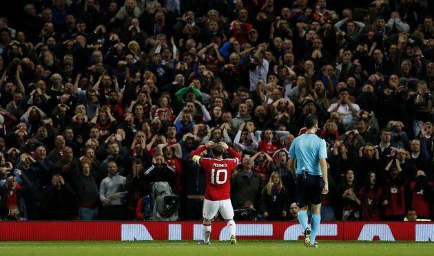 Hvězda Manchesteru United Wayne Rooney lomí rukama po zahozené šanci proti Wolfsburgu v utkání Ligy mistrů.