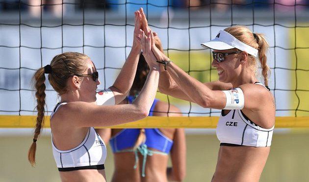 České beachvolejbalistky Kristýna Kolocová (vlevo) a Markéta Sluková během turnaje v Praze na Štvanici.